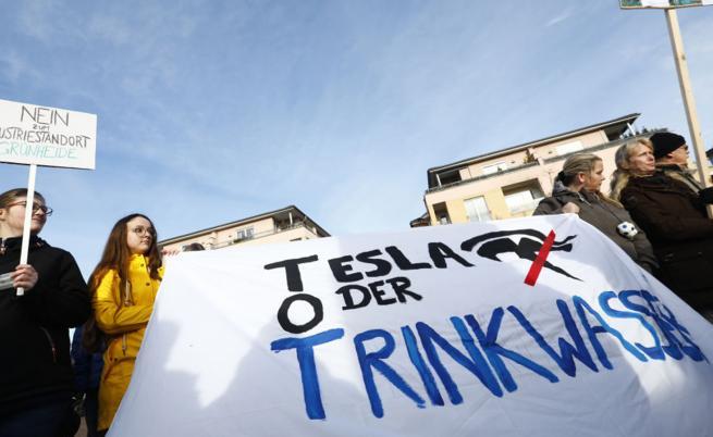 """""""Зелени"""" протестираха срещу завода на Tesla край Берлин"""
