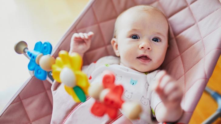 С какви занимания е изпълнен денят на двумесечното бебе