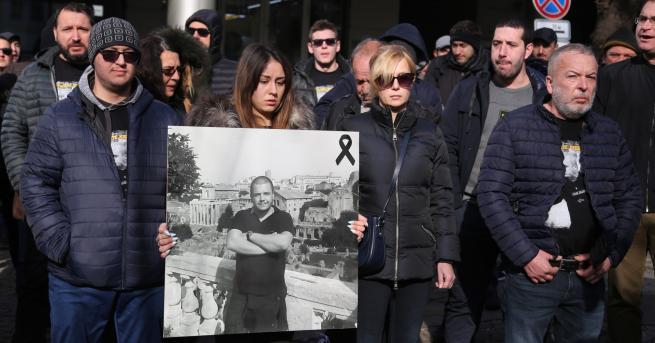 България Фенове протестираха пред гръцкото посолство в София Бащата на