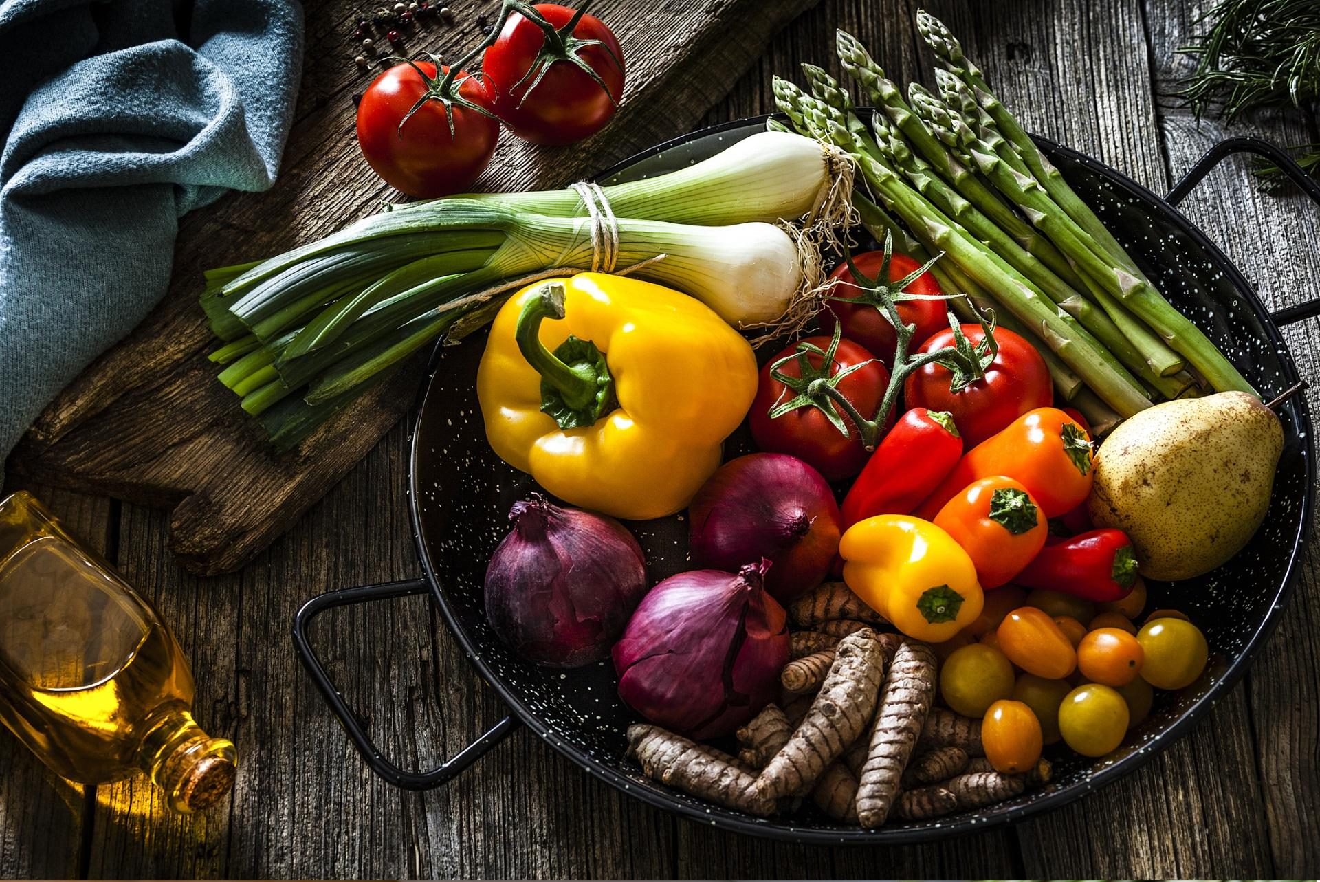 <p><strong>Яжте повече храна на растителна основа</strong></p>  <p>Нека зеленчуците заемат половината или повече от чинията ви, а месото &ndash; не повече от една четвърт. Увеличете приема на риба, използвайте зехтин и яжте ядки, семена, авокадо заради здравословните им мазнини.</p>