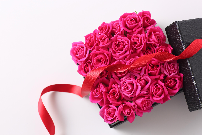 <p><strong>Кутия с рози</strong><br /> Няма как да не сте виждали в социалните мрежи тези кутии или мечета от рози.&nbsp;Този подарък определено ще разтопи сърцето на вашата дама, а споменът може да остане поне месец, ако не оставяте розите на пряка слънчева светлина.&nbsp;</p>  <p>&nbsp;</p>