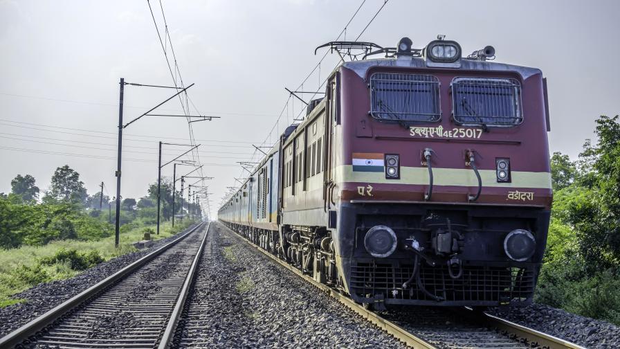 Машинист бе ранен, след като вандали отново замеряха влак с камъни