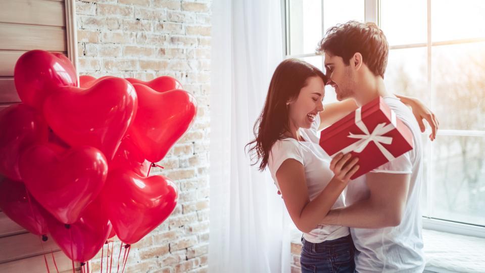двойка любов връзка цветя рози подарък сърца Свети Валентин