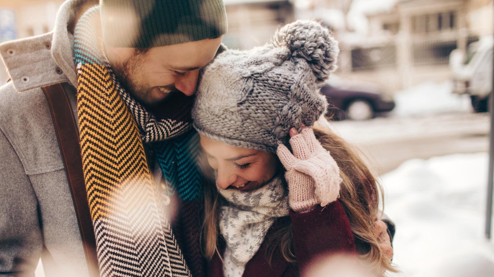 <p>Те ни учат как да създадем неразривна връзка с някого. Тези бърборковци ни показват как първо да обичаме някого като приятел, тъй като неизбежно вярват, че това засилва доверието и честността във всяка връзка.</p>