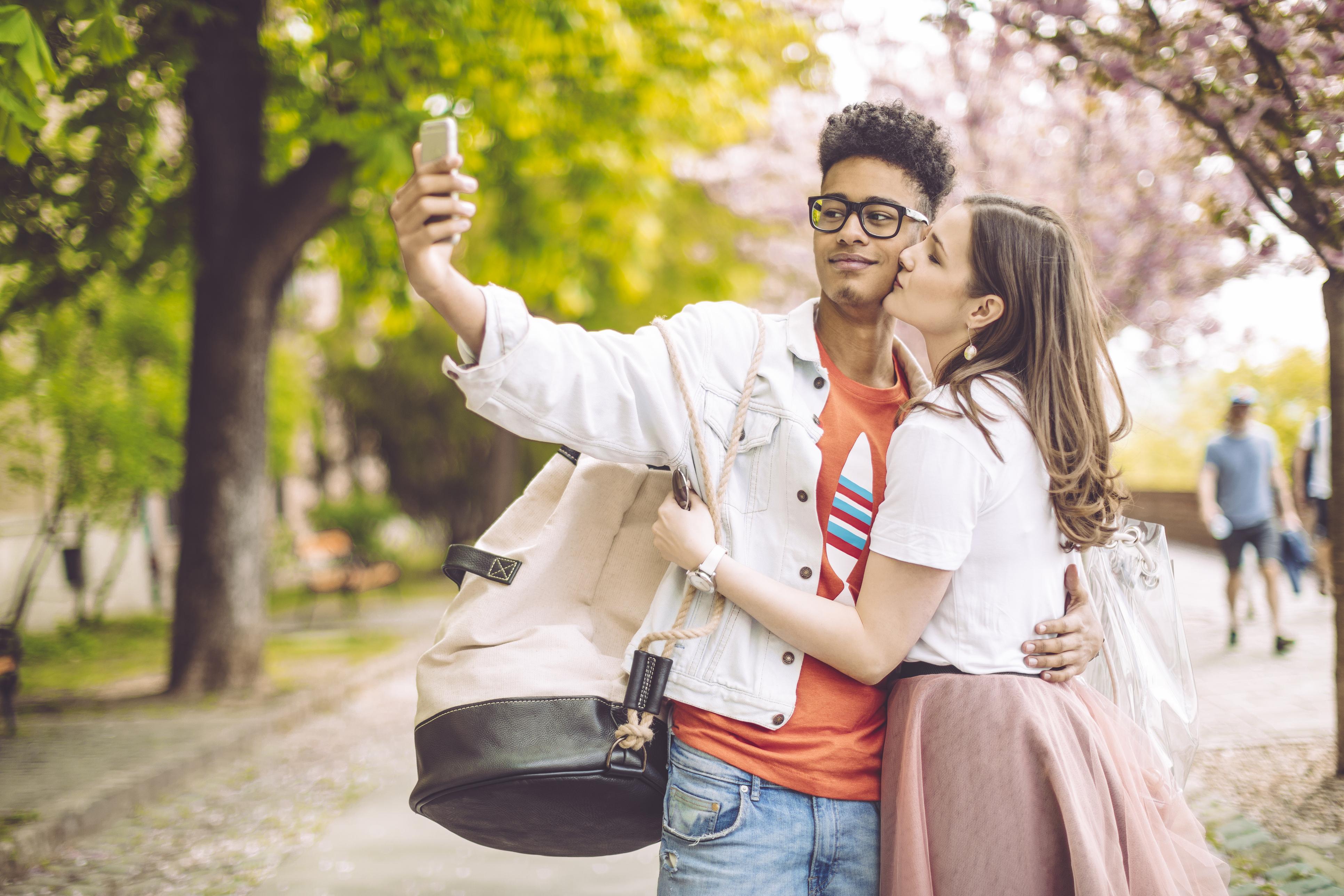 <p>В Чехия традицията на 14-ти февруари е двойките да се целунат под черешово дърво за късмет и любов през годината.</p>