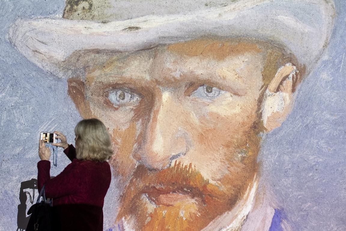 Посетителите имат възможност да се запознаят с източниците на вдъхновение на Ван Гог чрез снимки и видеоклипове, които придружават неговите творби.