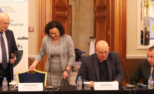 """Кръгла маса на тема """"Добри практики и предизвикателства в рециклирането - Излязло от употреба електрическо и електронно оборудване (ИУЕЕО) и други""""."""
