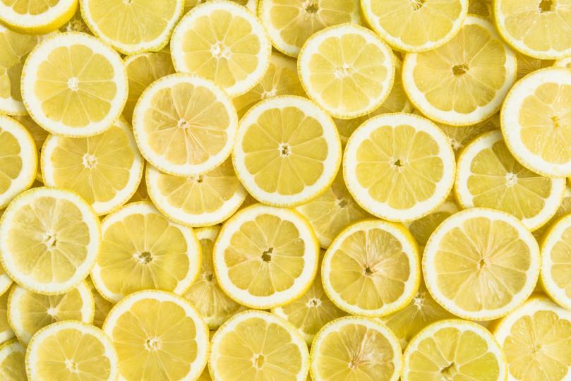 <p><strong>Почистване на чайника и кафемашината с лимон</strong></p>  <p>За да премахнете образувалия се в чайника варовик, напълнете го с вода, добавете шепа ситно нарязана&nbsp;кора от лимон&nbsp;и поставете всичко на огъня. След като заври, оставете чайника с тази течност да престои един час, изсипете течността и изплакнете чайника добре. За да почистите кафемашината, сложете в нея лед, сол и лимонова кора, разклатете добре за минута-две и изплакнете. Ще блесне!</p>