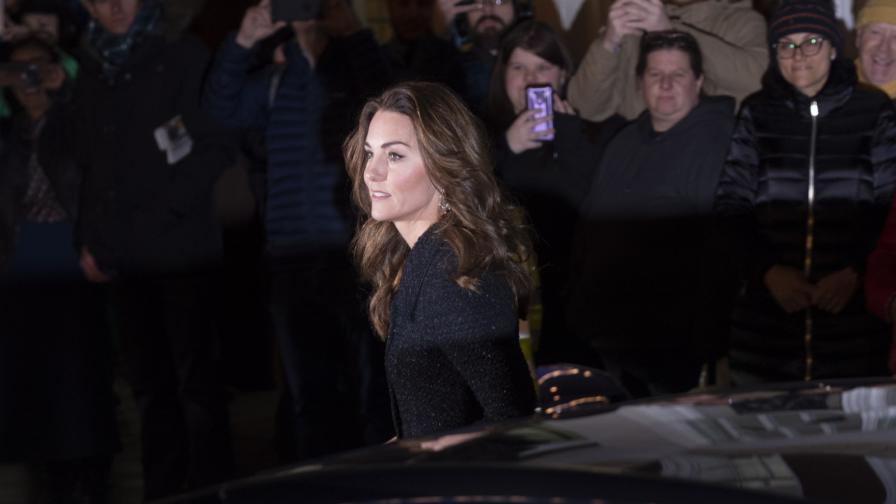 <p><strong>Кейт на театър</strong>, заложи на черна рокля и блестящи обувки</p>