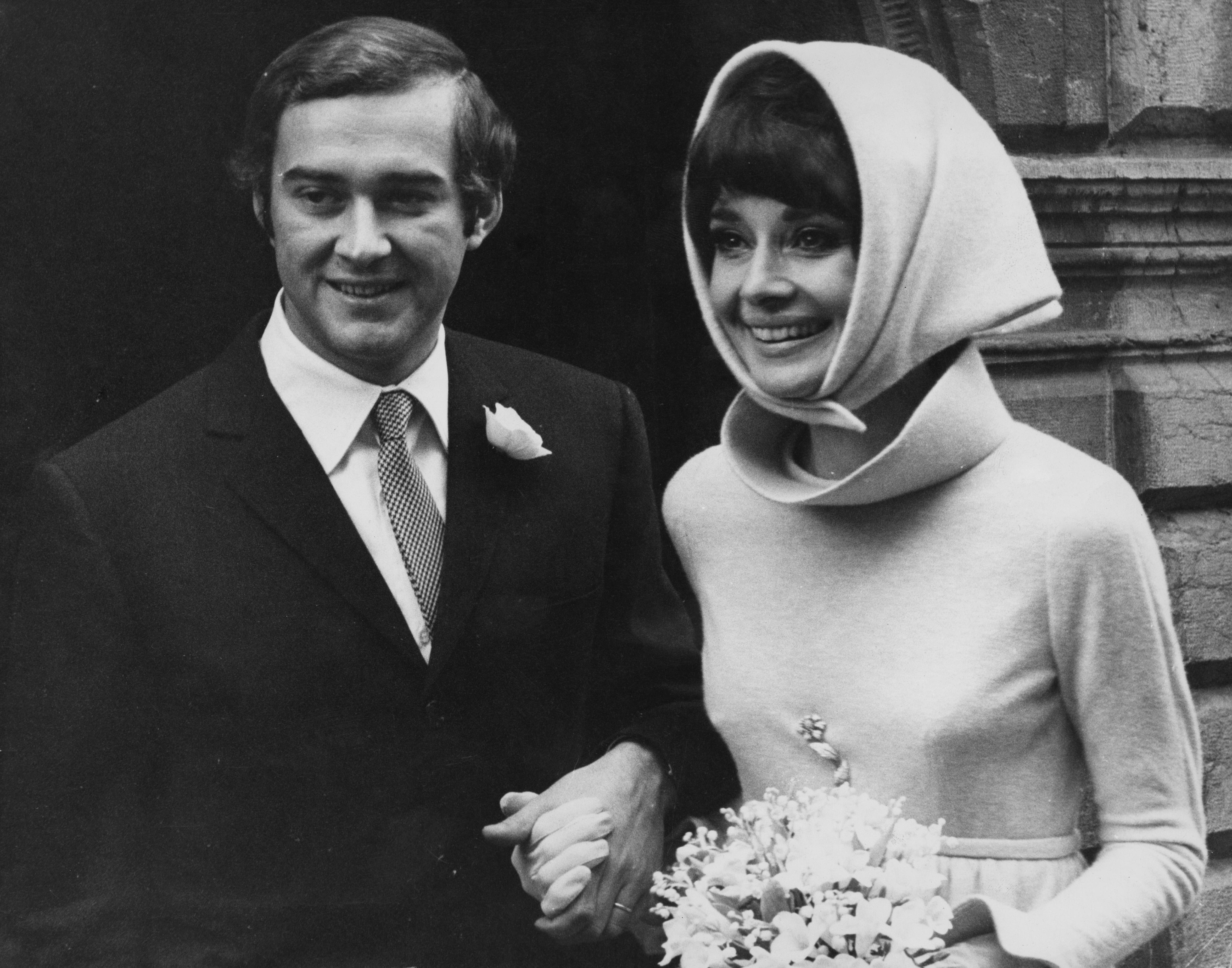 <p><strong>Одри Хепбърн</strong></p>  <p>Актрисата се омъжва два пъти. Първият&nbsp;път за Мел Ферер през 1954 г. С него тя се развежда през 1968 г. На следващата година Хепбърн сключва брак с Андреа Доти (на снимката). През 1982 г. двамата се развеждат. Одри има по едно дете от всеки от двата брака.&nbsp;</p>