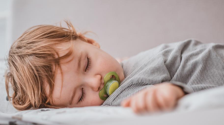 Колко спи бебето на 12 месеца