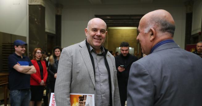 България Гешев: Политиците да решат коя страна избират Лица, които