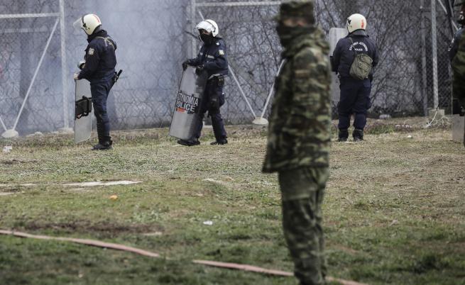 Камъни и сълзотворен газ на гръцко-турската граница