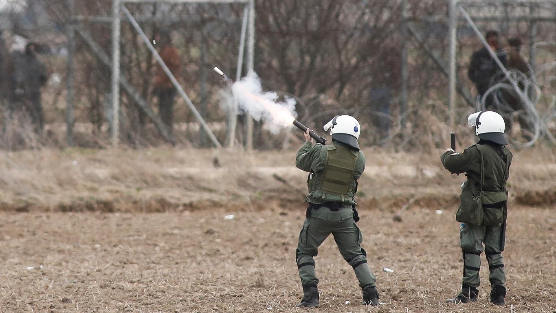 <p>Хвърлените и от гръцка, и от турска страна на граничния пункт Кастани гранати със сълзотворен газ направиха въздуха непрогледен, а пожарни машини също пристигнаха на мястото, за да потушат пламъците по земята.</p>