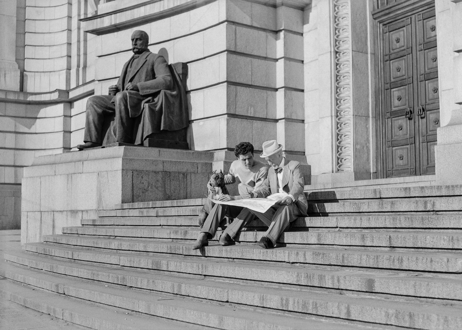 <p>&quot;Любимец № 13&quot; , 1958 г. Фотограф: Донка Йолова</p>  <p>Софийският университет &bdquo;Св. Климент Охридски&lsquo;&lsquo; &ndash; млад и стар ерген с кучето Амур в търсене на любовта (А. Карамитев и Л. Бобчевски)</p>