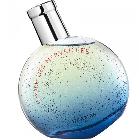 <p><strong>Hermes L&rsquo;Ombre des Merveilles за нея</strong></p>  <p>След като улавя аромата на пръски морска вода в Eau des Merveilles Bleue, Кристин Нажел (ексклузивен парфюмерист на Hermes) започва да търси сенките на чудесата. Тя ни предлага контраст между светлина и сенки: вихрушка от тамян, учудващо ефирен, подчертава цитрусите на Eau des Merveilles, зърна тонка в нощни тонове ги подсилват, а щипката черен чай подчертава дървесните нотки и разкрива различна светлина.</p>  <p>Hermes L&rsquo;Ombre des Merveilles е грациозен момент, воал оф мек кашмир, фин и обгръщащ, през който тамянът рисува мистериозните си орнаменти. Истински магична текстура, която избухва на прага на деня. Впечатляващ парфюм, чиято сянка дава акцент върху дълбокия блясък на света. Майсторски направен за омагьосващите жени, които очароват при всяка възможност, денем или нощем.</p>