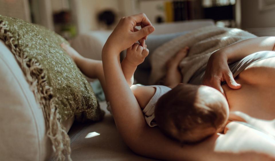 бебе новородено хранене мляко кърмене кърма