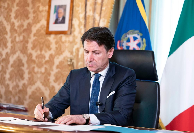<p>Премиерът Джузепе Конте обяви в сряда, че Италия затваря всички магазини с изключение на аптеките и хранителните магазини, за да ограничи разпространението на пандемията от коронавирус</p>