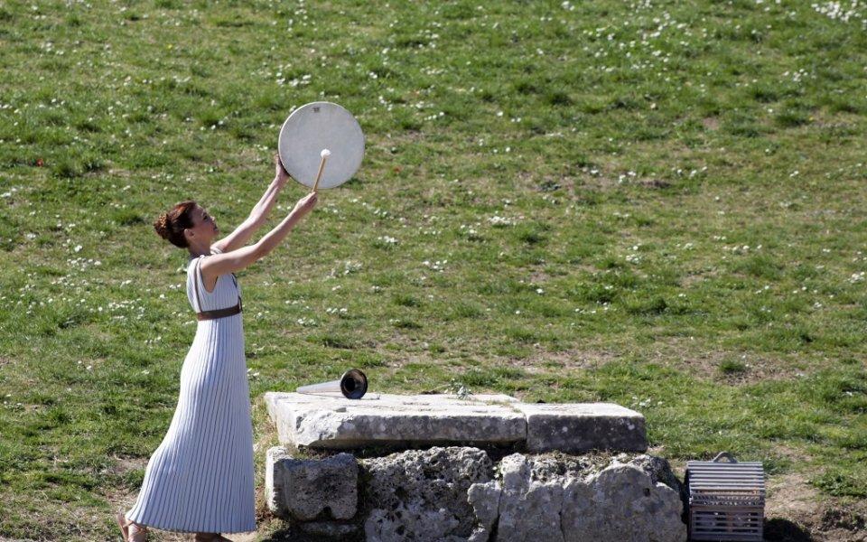 Гръцкият олимпийски комитет спря щафетата на олимпийския огън в страната