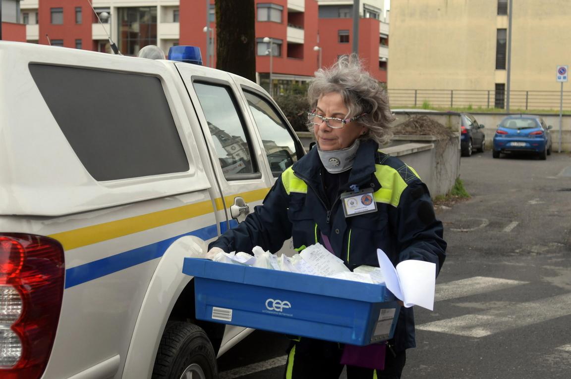 <p>Доброволци към Гражданска защита доставят хранителни стоки и лекарства по домовете на хора, които не могат да излязат в Горгонзола по време на блокадата заради коронавирус Covon-19, в Италия.</p>