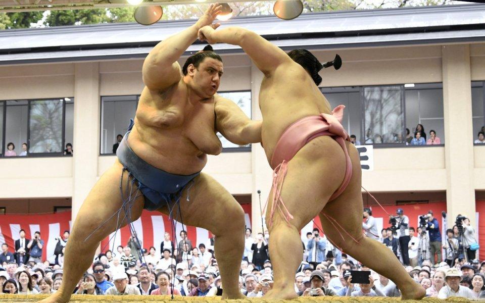 Аоияма остава с шансове за титлата в Осака след девета победа