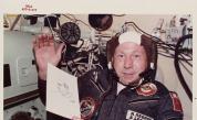 Между звездите – изумителната история на първата космическа разходка