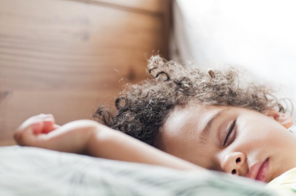 дете усмивка сън