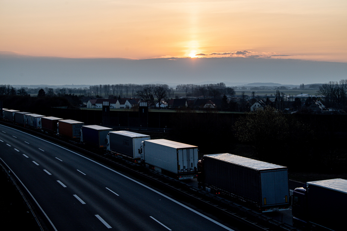 <p>Поради затварянето на границата, сред мерките за ограничаване на разпространението на коронавирус, между Полша и Германия, се образува опашка дълга от 60 км чакащи за граничен контрол.</p>