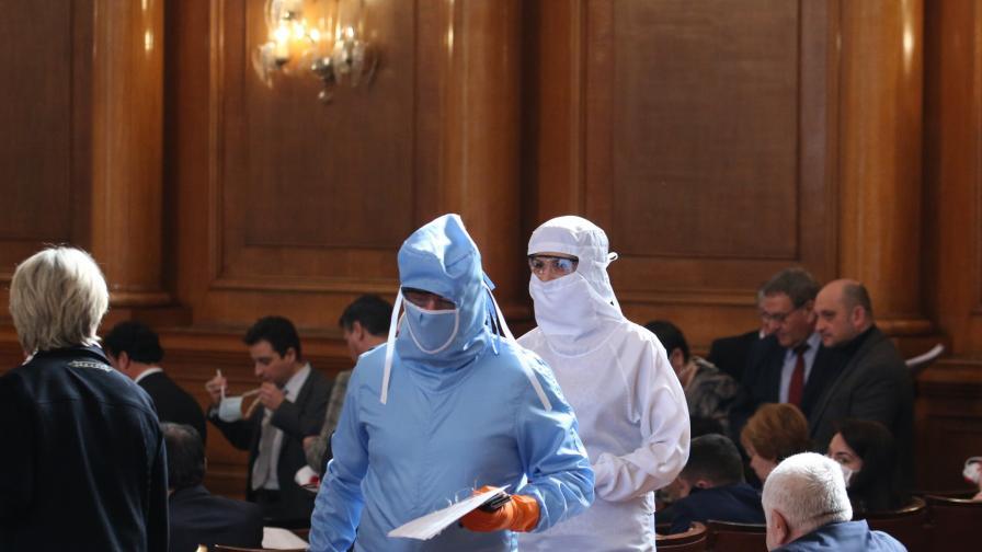 Срещу COVID-19: Депутати влязоха с медицински скафандри в НС