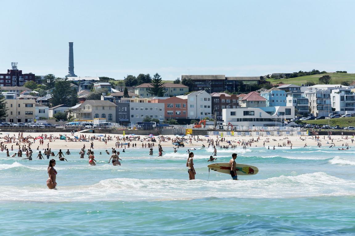 <p>Пълен с хора е плажа &quot;Бонди Бийч&quot; в Сидни, въпреки настъпващата пандемия на коронавирус в Австралия</p>