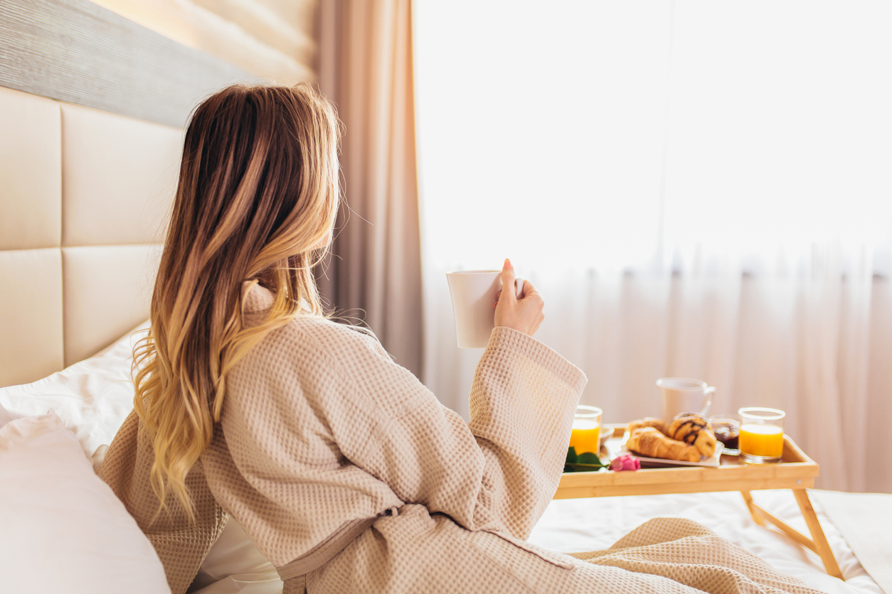 <p>Спите до късно: Твърде малкото сън кара организма ви да произвежда стресовия хормон кортизол, който усилва апетита. Въпреки това, успиването не е по-полезно. Според ново изследване спането повече от 10 часа на денонощие може да доведе до по-висок индекс на телесна маса. Лекарите препоръчват да спим между 7 и 9 часа на нощ.</p>