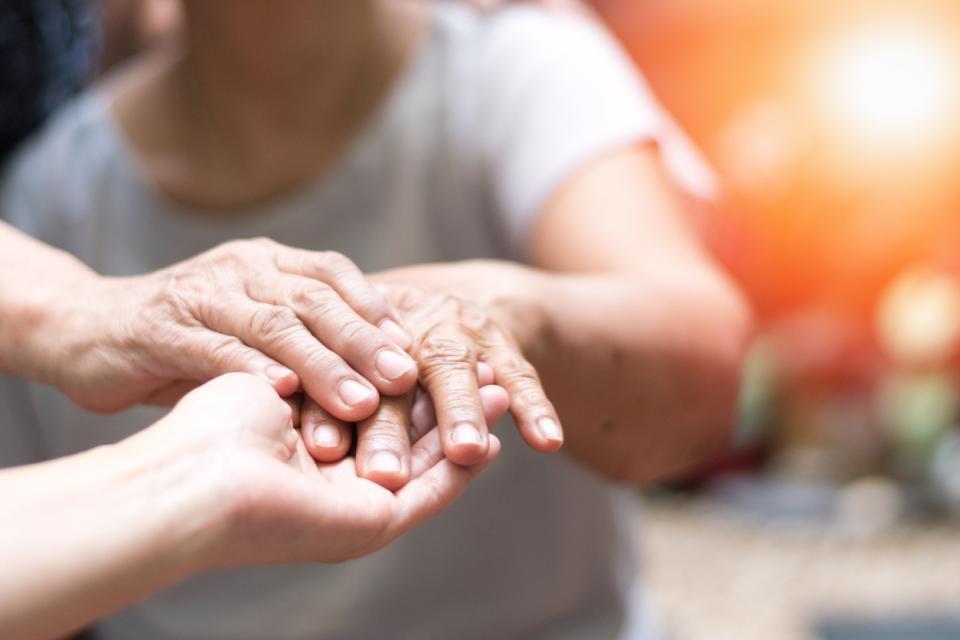 възрастни ръце Паркинсон