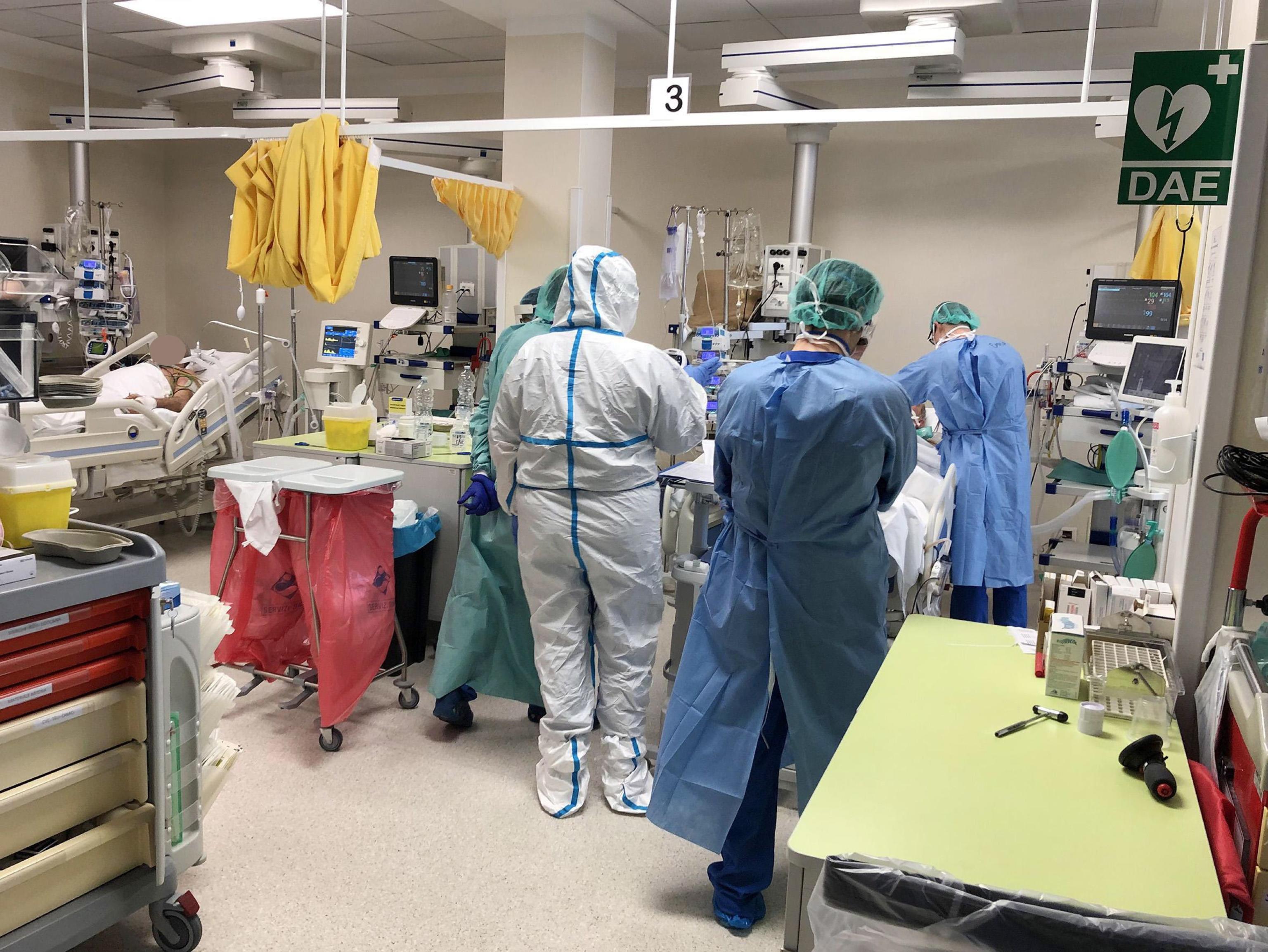 <p>В италианската болница &bdquo;Оглио По&rdquo; 25 от 90-те лекари са заразени с новия коронавирус, което увеличава натиска върху здравата система, която вече е претоваренаот пандемията.</p>