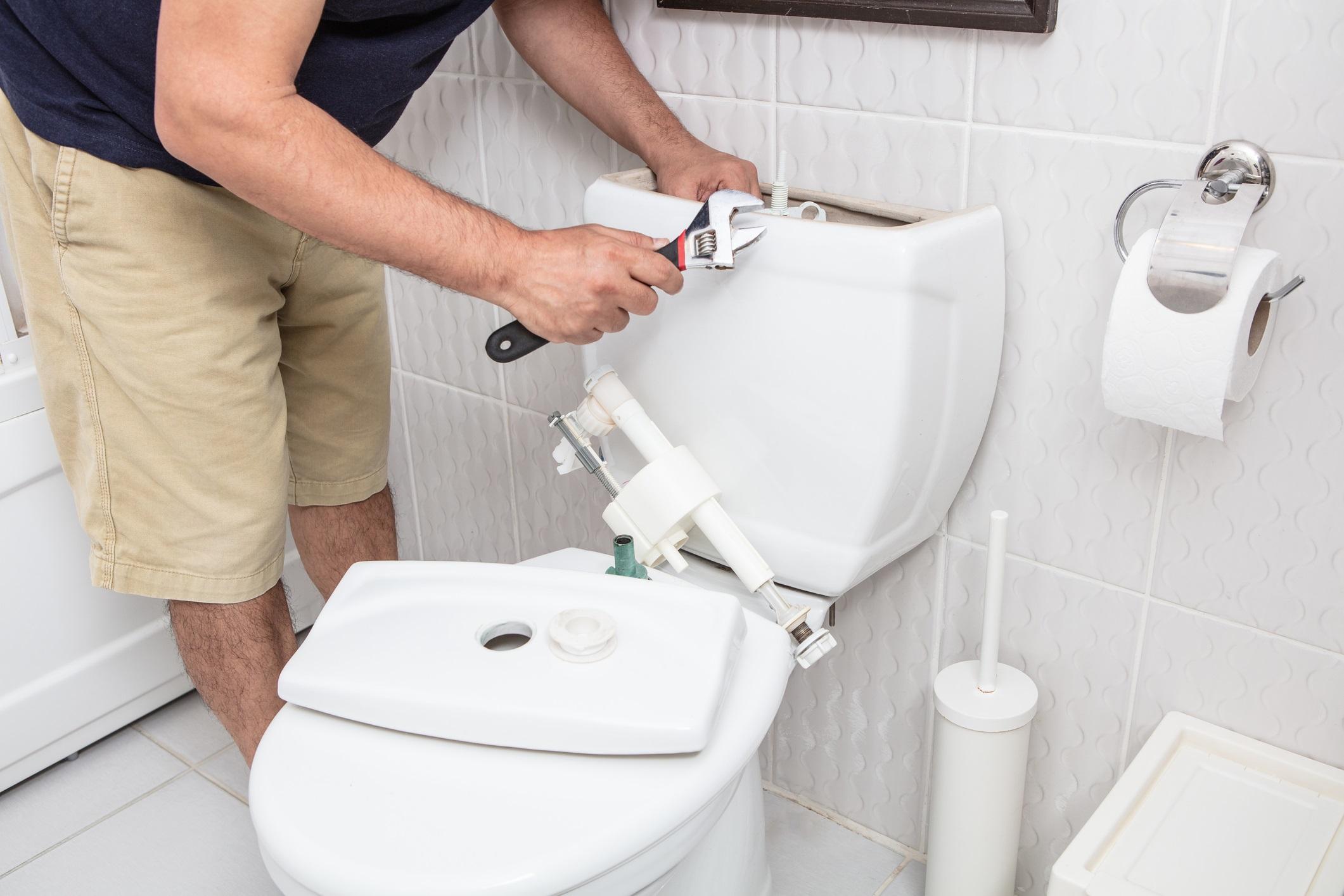 <p><strong>Отлагате дребните ремонти</strong></p>  <p>Времената са особено стресови, финансите ви вероятно не са в цветущо състояние. Но ако игнорирате дребни ремонти, от които се нуждае домът ви, това ще направи ситуацията още по-лоша. Например течащата тоалетна означава загуба на вода = загуба на пари.</p>