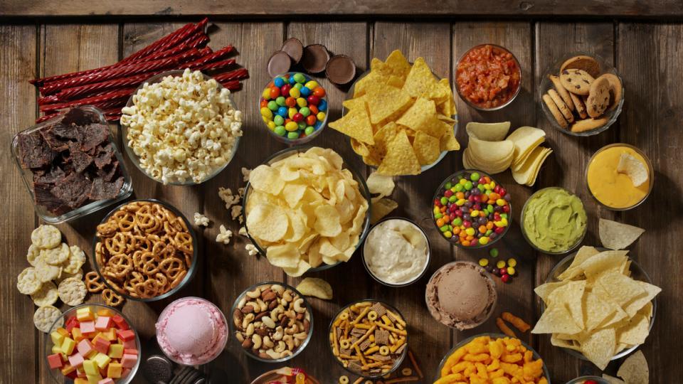 вредна храна чипс бонбони пуканки кола сладко