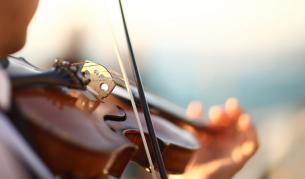 <p><strong>Концерт </strong>в болницата: Цигулар свири на <strong>пациенти с Ковид-19</strong></p>