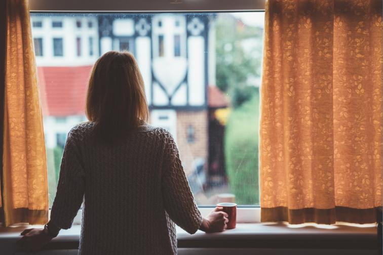 самота жена прозорец