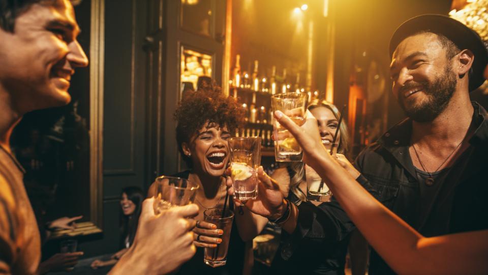 приятели бар пиене питие алкохол