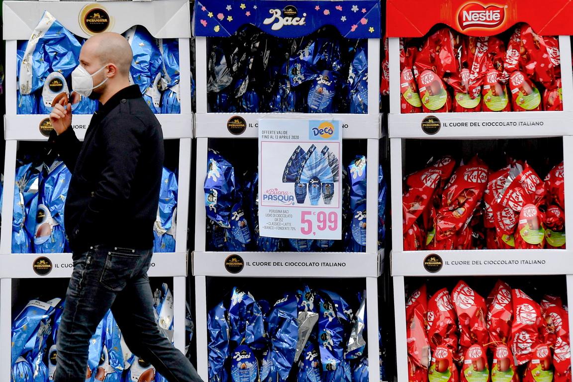<p>В Неапол, Рим, Генуа, но също така и в много други италиански градове&nbsp; изглежда се отслабва затягането на забраните</p>
