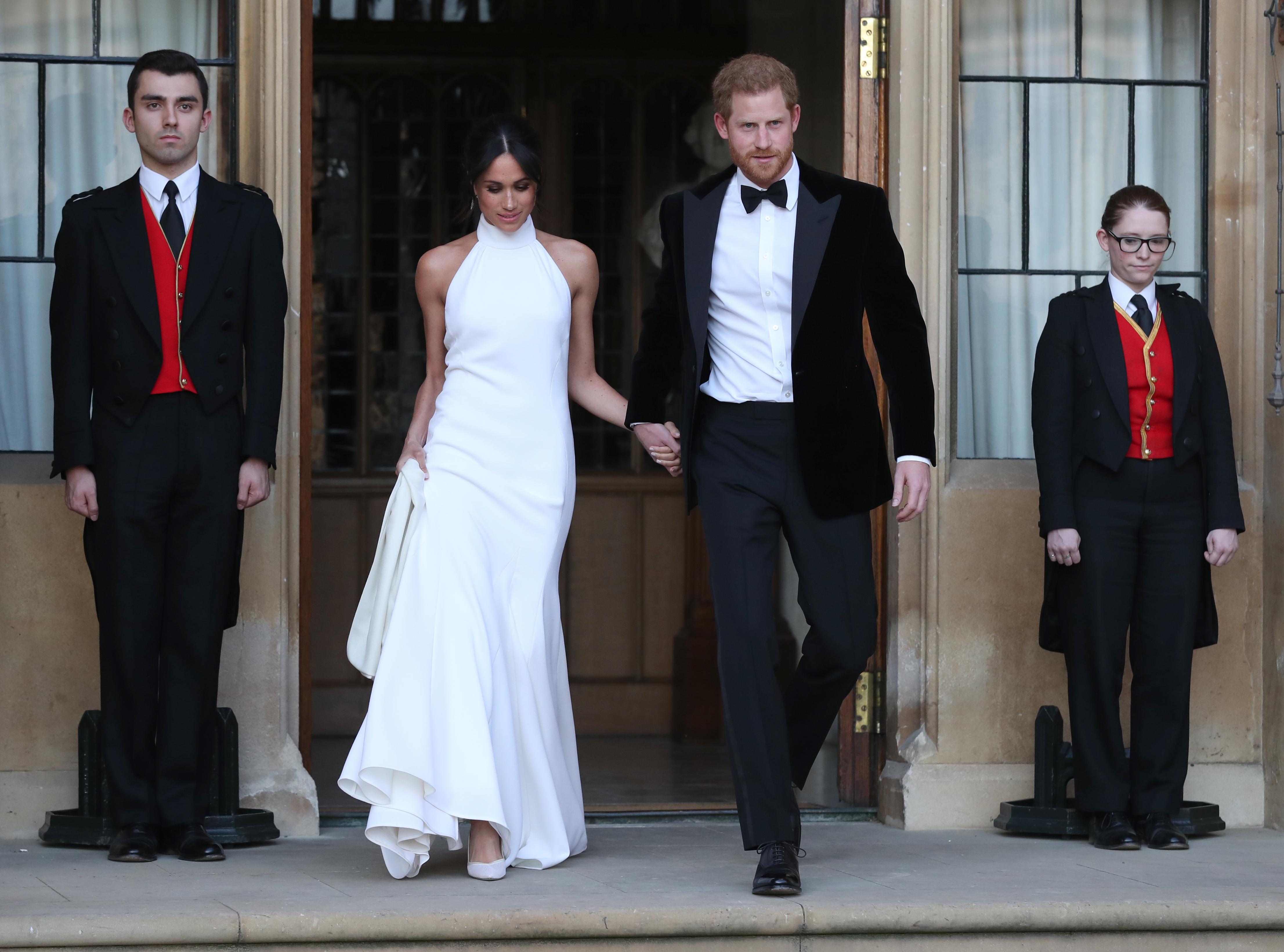 <p>За вечерното сватбено парти Меган се появи в прекрасна бяла рокля без ръкави от Stella McCartney.</p>