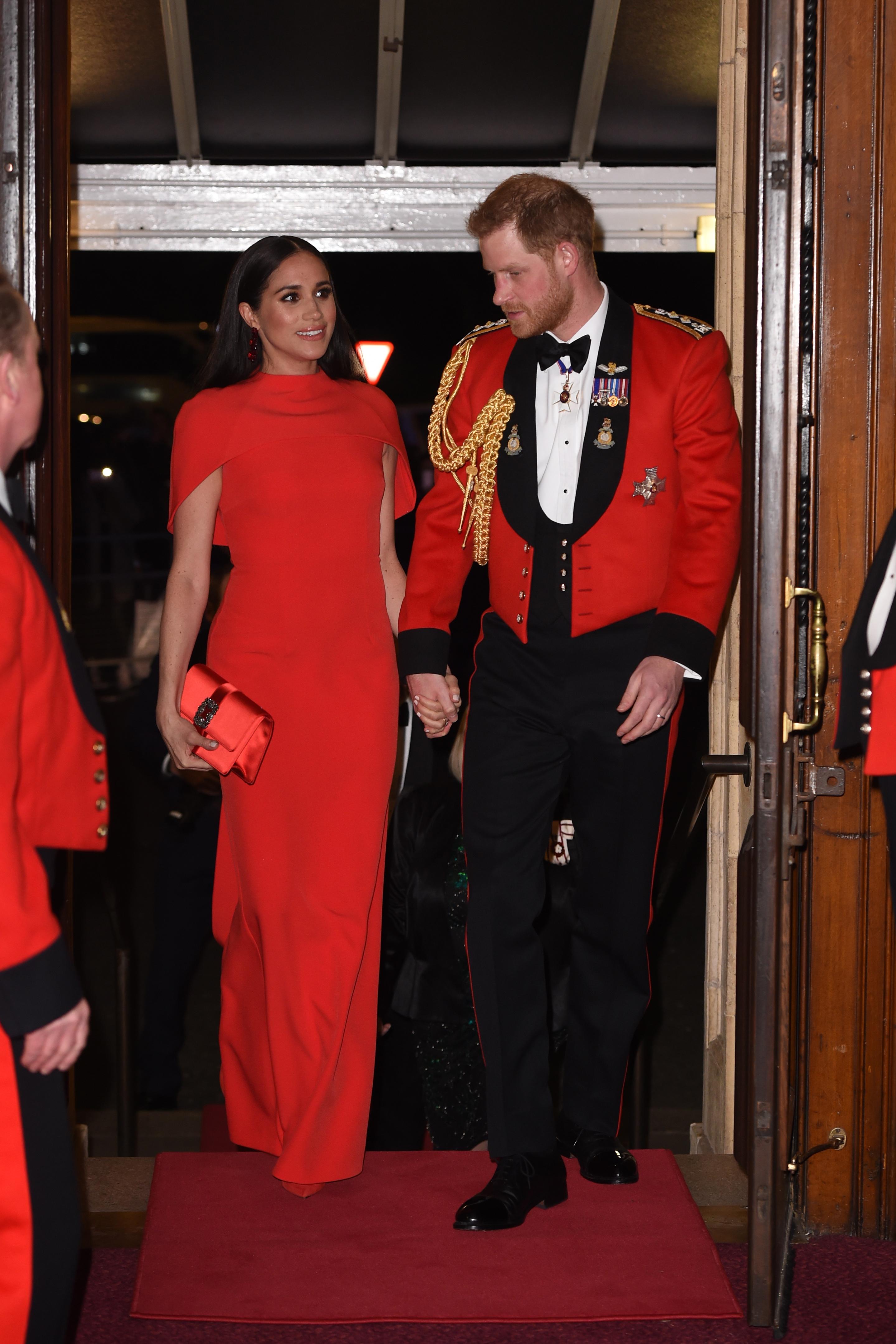 <p>Маркъл изглеждаше невероятно в червена рокля от Safiyaa, съчетана с клъч Manolo Blahnik и обеци с кристали от Simone Rocha на фестивала за музика на Маунтбатън този март.&nbsp;</p>