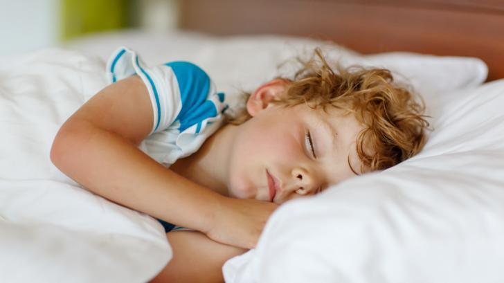 Нощна кашлица и задушаване при деца между 5 и 8 години: защо се появява и какво помага?