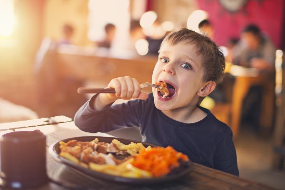 петгодишно дете момче храна