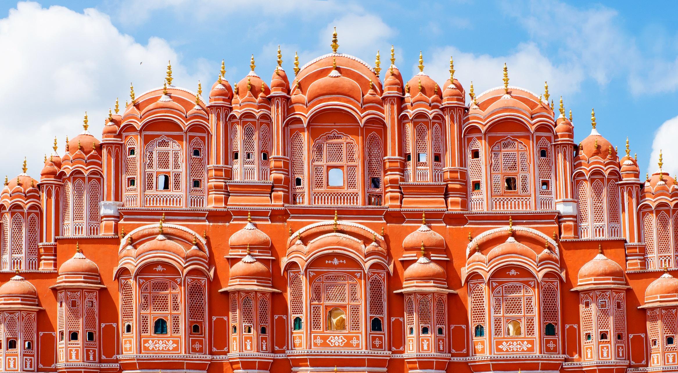 <p><strong>Джайпур, Индия</strong></p>  <p>Пътуване до Индия не би било пълноценно, без да изпитате величието на Стария град, близо пътешествие като във филм през цветовете на огромния комплекс на градския дворец, розовия дворец на ветровете и гигантските геометрични скулптурни инструменти на Джантар Мантар.</p>