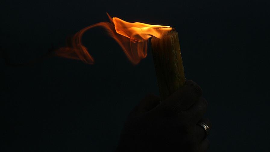<p>Благодатният огън се спусна над Божи гроб</p>
