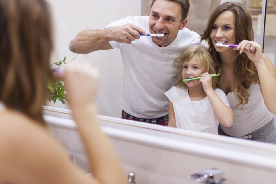 семейство майка баща дете деца миене зъби здраве