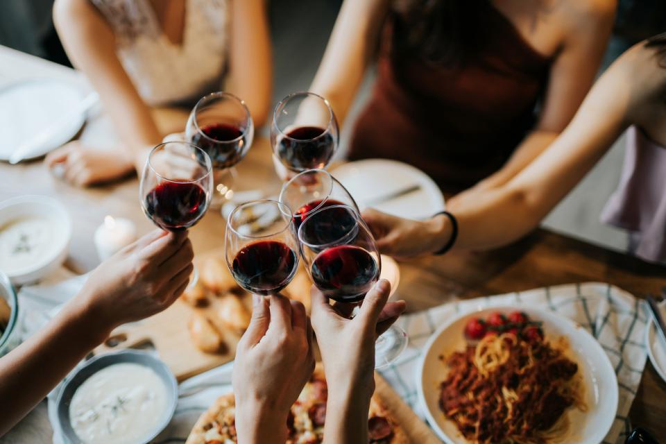 приятели храна вино