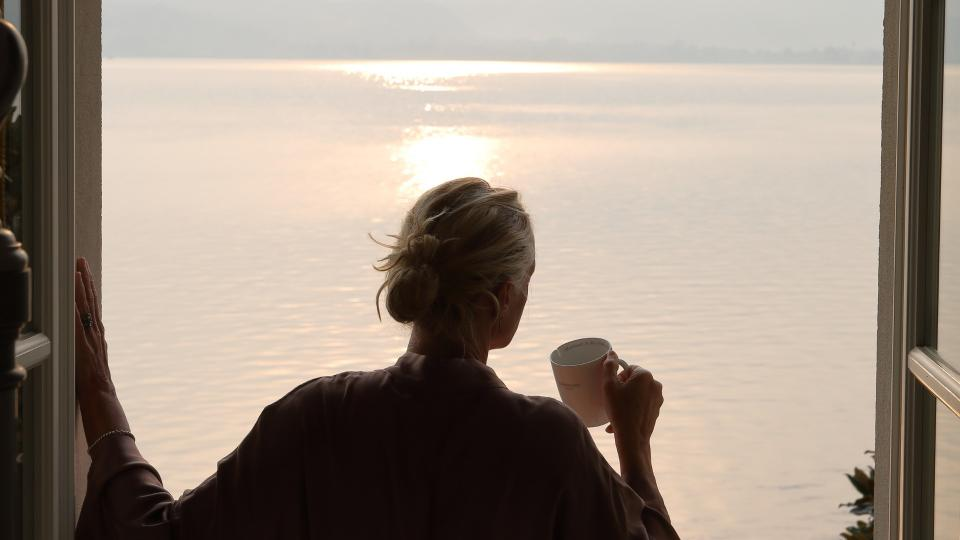 жена гледка тераса море