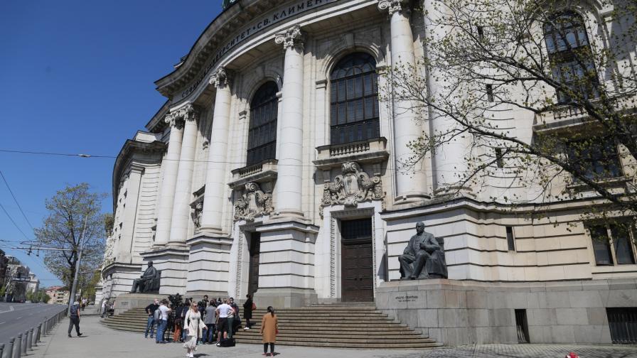 Банов: Дупките по фасадата на СУ са нарушение на закона