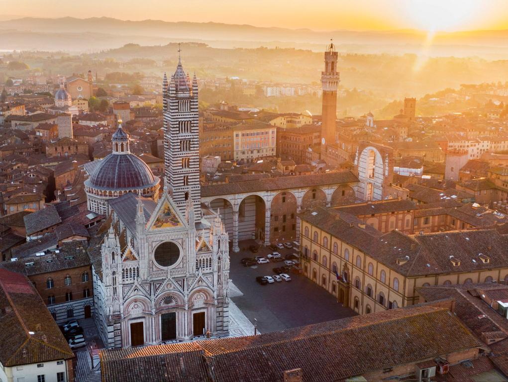 <p>Сред забележителностите на града са още: Торе дел Манджа, Баптистерията на Сиена, Палацо Салимбени, базиликите Санта Мария деи Серви и Сан Доменико и други.</p>